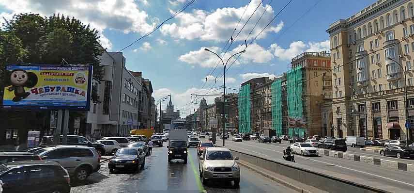 Двигаетесь налево вдоль здания Концертного зала им. П.И. Чайковского.
